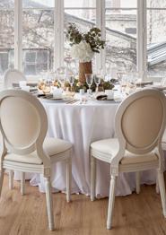 Tische mit Tischtuch